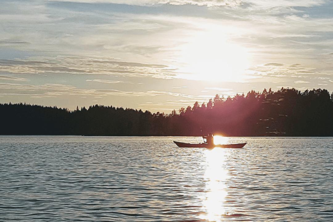 Kajakki illalla järvellä auringonsilta
